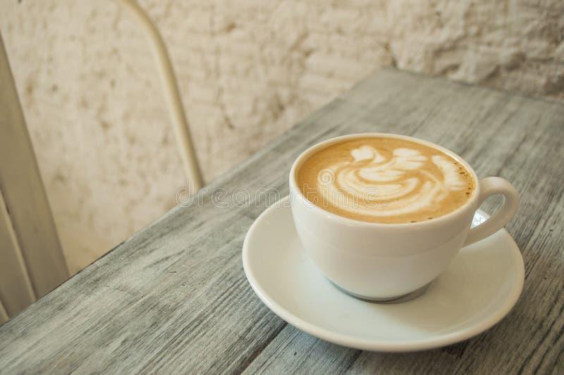Une cuvette de café sur une table images stock