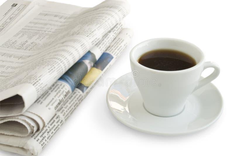 Une cuvette de café sur un journal image libre de droits