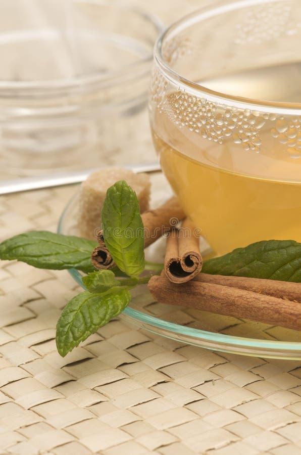 Une cuvette de plan rapproché de thé photographie stock libre de droits