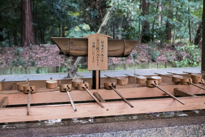 Une cuvette de purification par l'entrée à Meiji Shrine dans Tok photo libre de droits