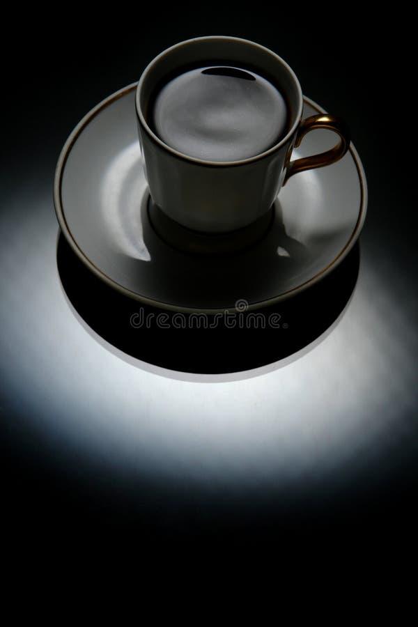 Une cuvette sur un noir photos stock