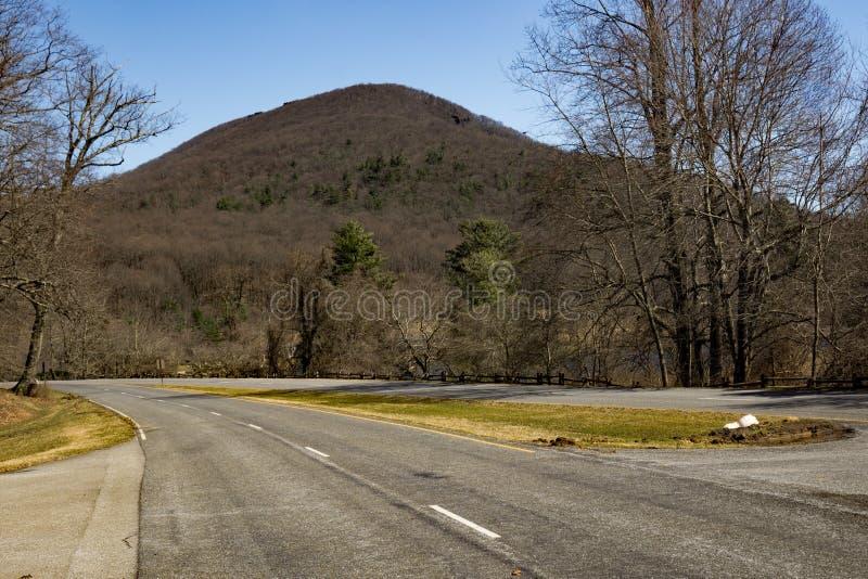 Une défunte vue d'hiver de montagne de surface plane photo libre de droits