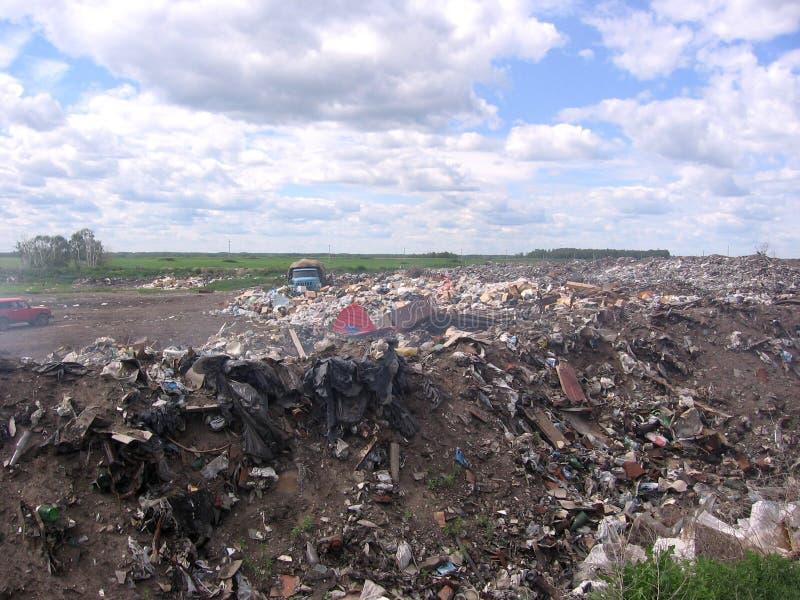 Une décharge puante énorme des déchets au sol sous le ciel ouvert photos libres de droits