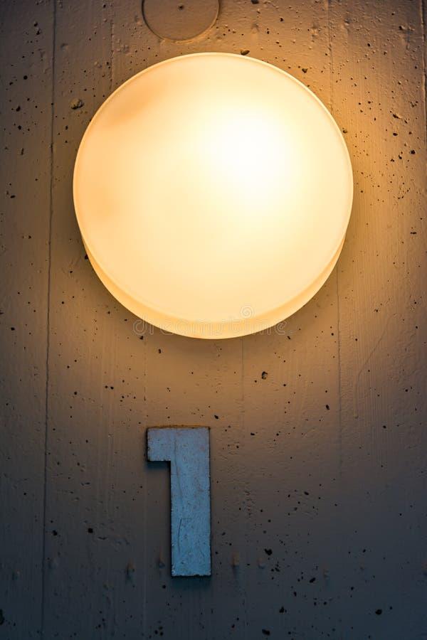 Download Une 1 Décoration De Lumière En Métal De Mur De Carte De Numéro De L'étage D'appartement Photo stock - Image du lumière, symbole: 77150496
