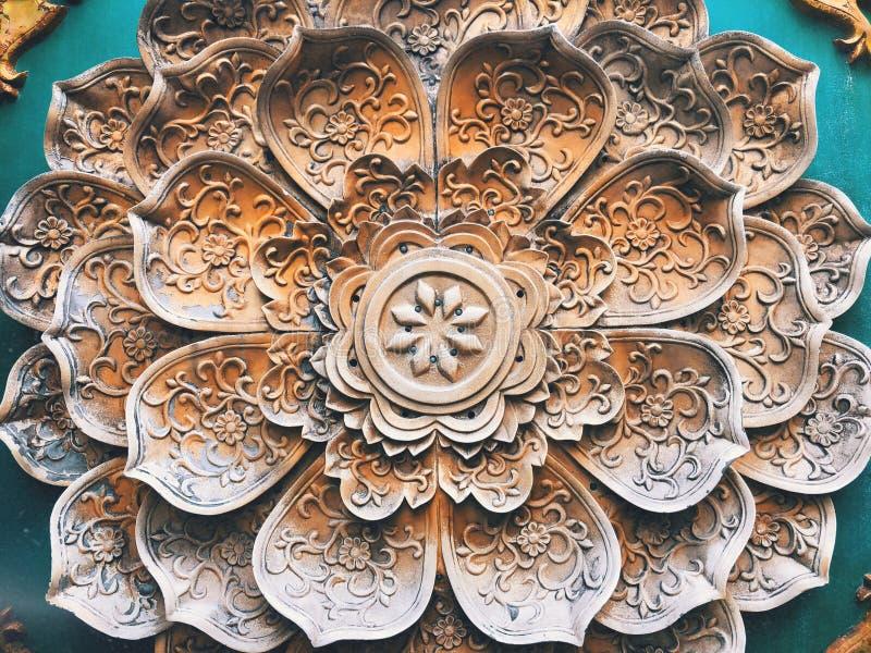Une décoration florale de spéléologie de pierre de modèle sur le mur photographie stock