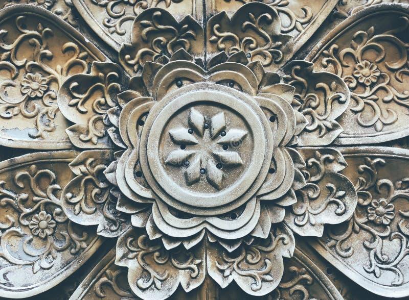 Une décoration florale de spéléologie de pierre de modèle sur le mur photo libre de droits
