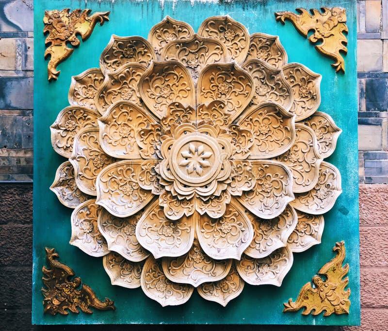 Une décoration florale de spéléologie de pierre de modèle sur le mur image stock