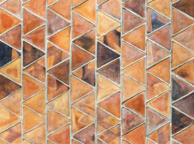 Une dalle de triangle d'argile cuit au four, utilisée dans des rangées de recouvrement pour la crique image libre de droits