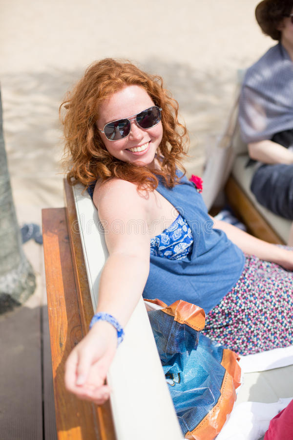 Une dame élégante heureuse après des entretiens informels photographie stock libre de droits