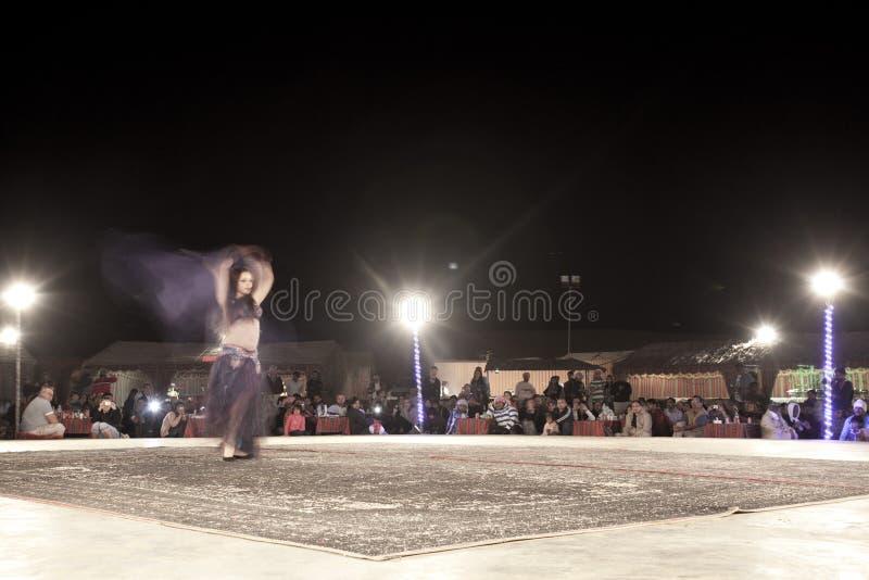 Une danse de bellydancer devant la foule image libre de droits
