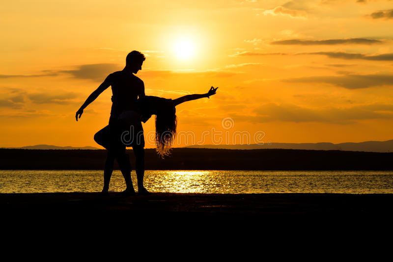 une danse de couples par la mer au coucher du soleil image stock image du lifestyle adulte. Black Bedroom Furniture Sets. Home Design Ideas