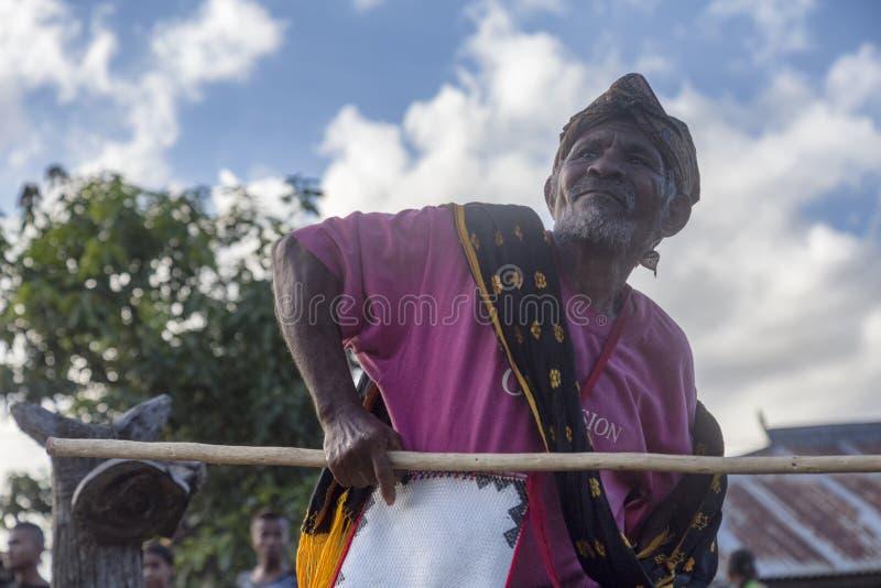 Une danse plus ancienne de village près de Bajawa photos stock