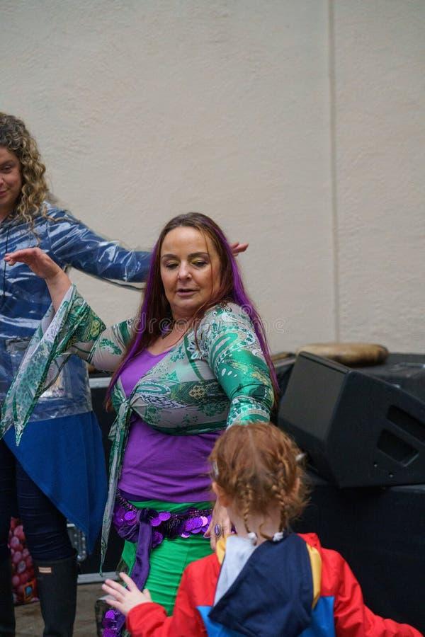 Une danseuse du ventre Dancing devant une jeune fille images libres de droits