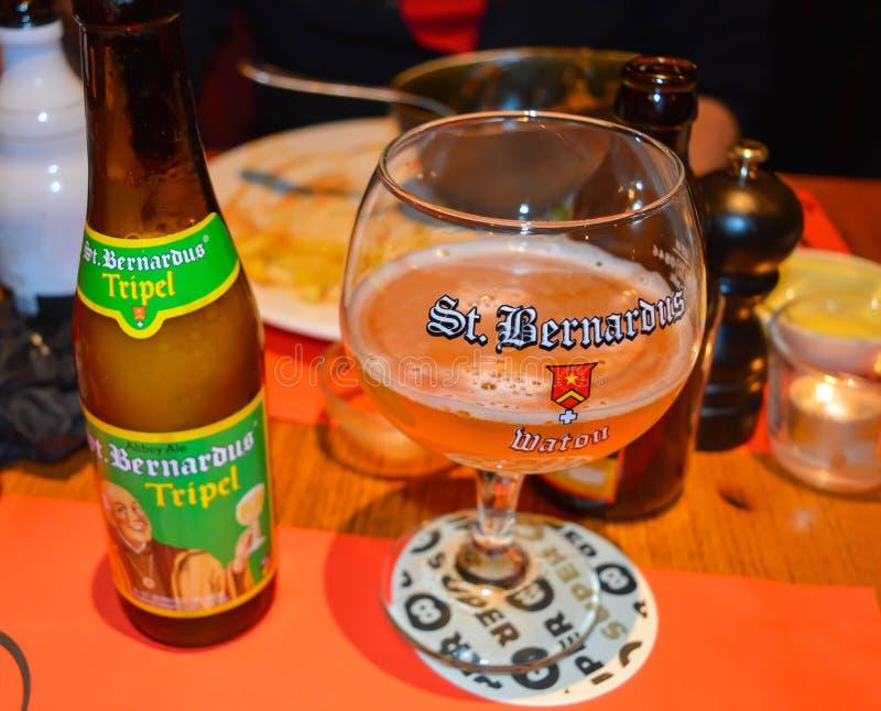 Une des bières célèbres de brasserie dans le bar à Gand, la Belgique le 5 novembre 2017 photographie stock libre de droits