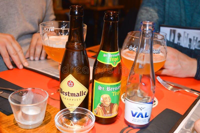 Une des bières célèbres de brasserie dans le bar à Gand, la Belgique le 5 novembre 2017 photos stock