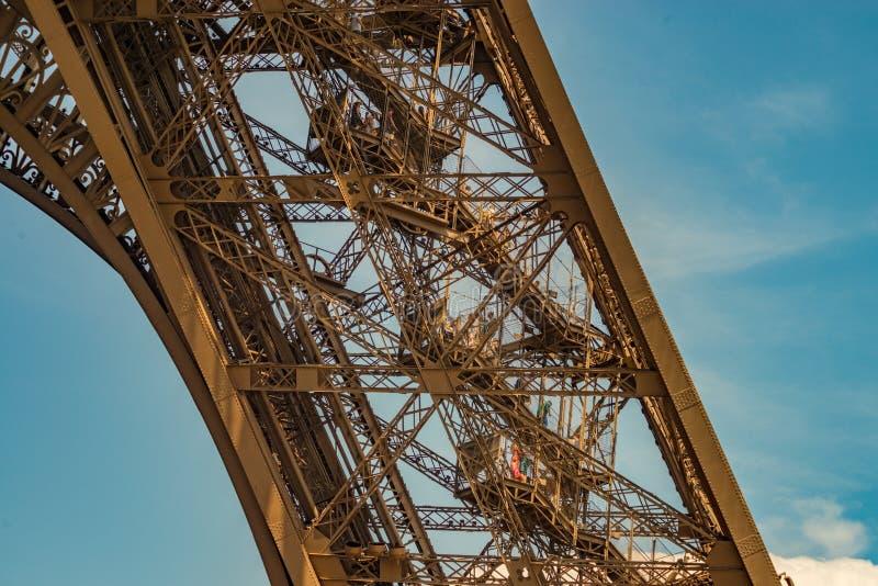 Une des jambes de construction métallique de Tour Eiffel montrant les nombreux escaliers photos libres de droits