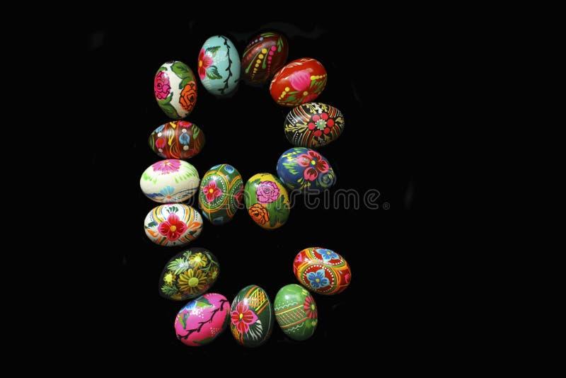 Une des lettres du ` de Pâques de ` de mot Des lettres sont faites des oeufs de pâques, de différentes couleurs et avec différent images libres de droits