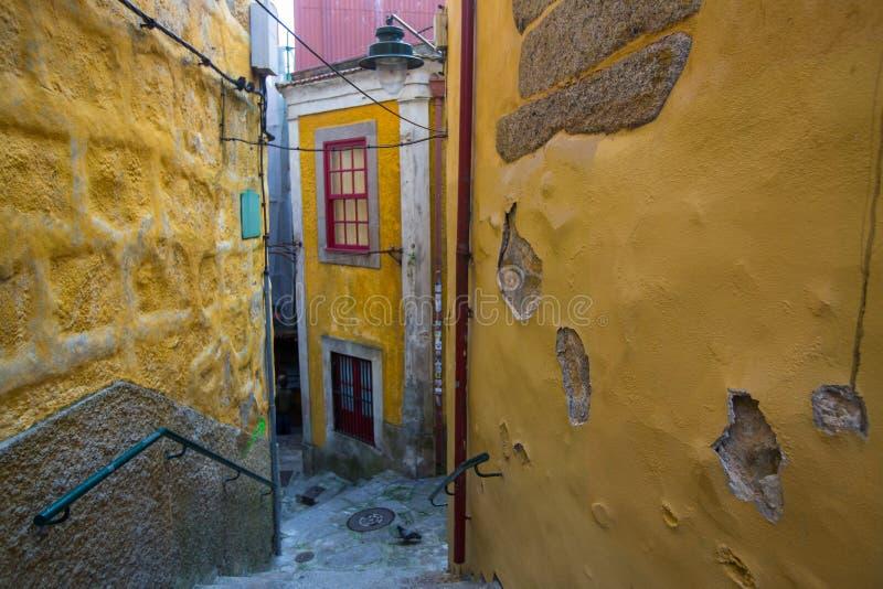 Une des petites rues dans la vieille ville de Porto image libre de droits