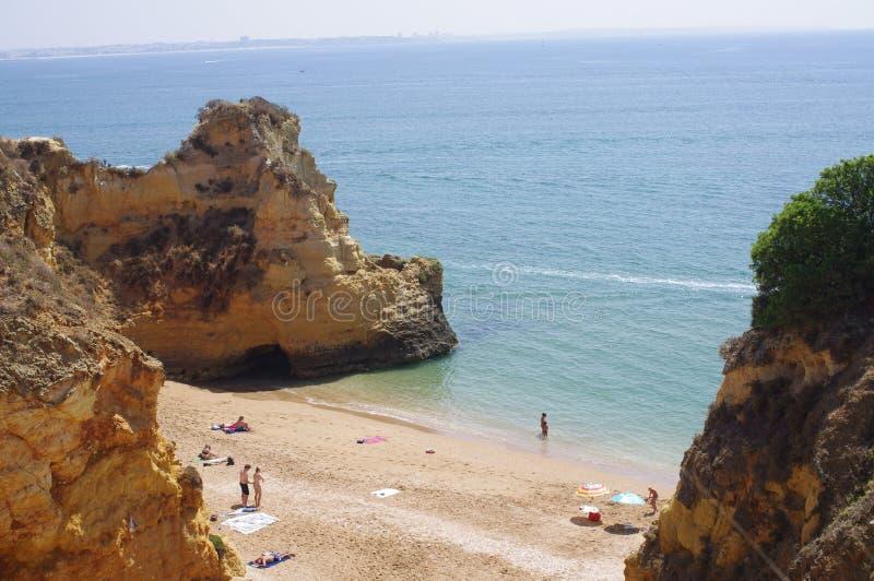 Une des plages sur la côte d'Algarve images libres de droits