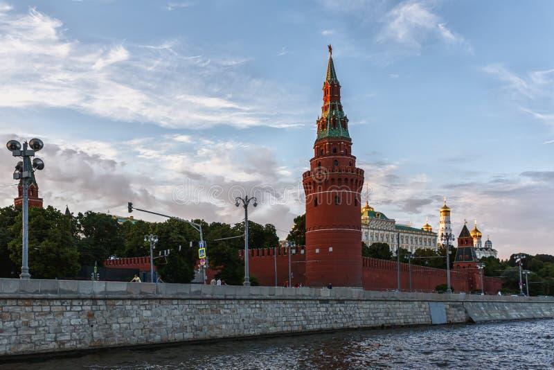 une des tours de Moscou Kremlin contre un beau ciel de soirée photographie stock libre de droits