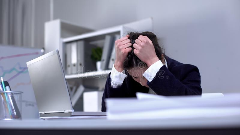 Une employée de bureau souffre d'une forte dépression, d'un épuisement professionnel, de stress images libres de droits