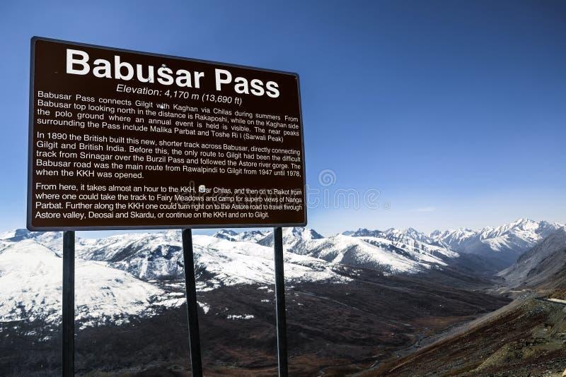 Une enseigne indiquant l'information du passage de Barbusar pakistan images stock