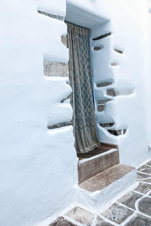 Une entrée à une petite maison blanchie dans Mykonos image stock