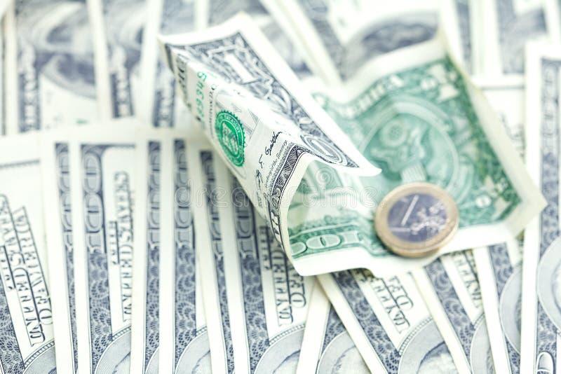 Une euro pièce de monnaie contre le dollar image stock
