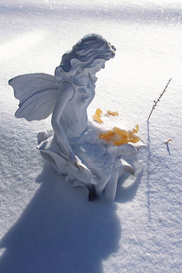 Une fée dans la neige photographie stock libre de droits