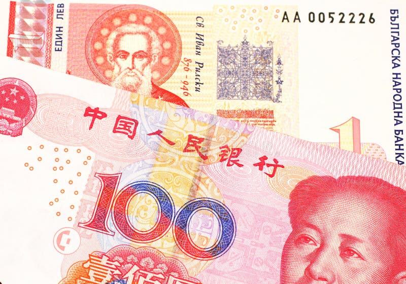 Une une facture bulgare de lev avec l'argent chinois photographie stock libre de droits