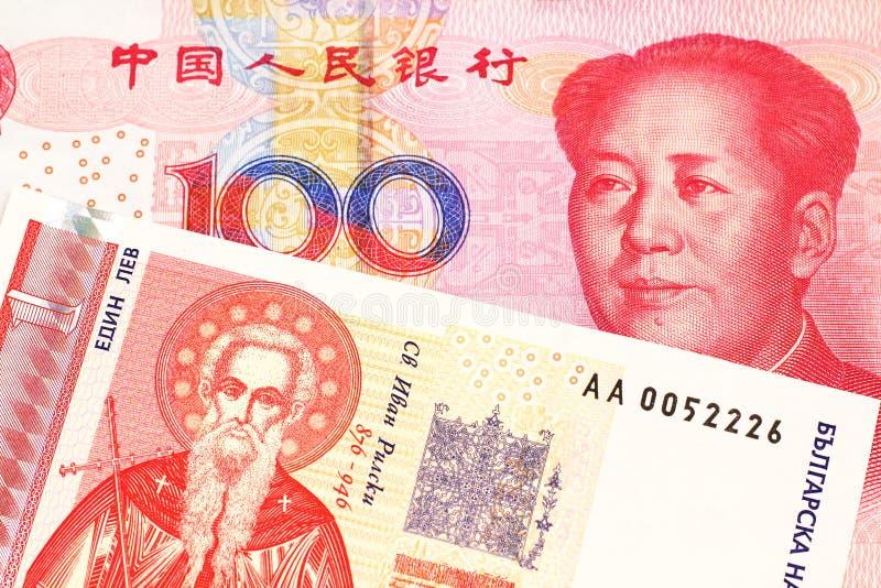 Une une facture bulgare de lev avec l'argent chinois image stock