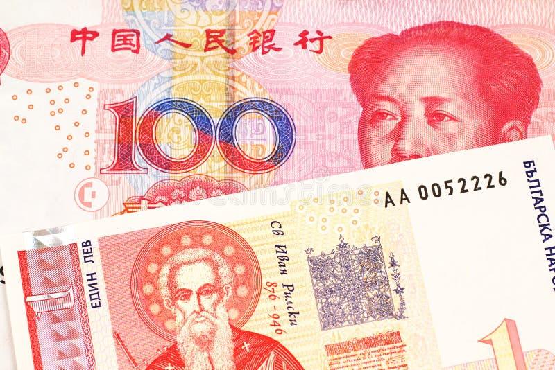 Une une facture bulgare de lev avec l'argent chinois photographie stock