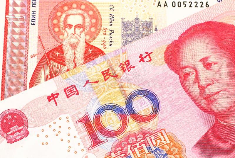 Une une facture bulgare de lev avec l'argent chinois images stock