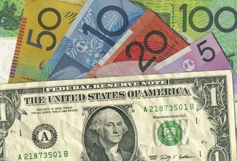 Une facture chiffonnée de dollar US Au-dessus d'argent australien photo libre de droits