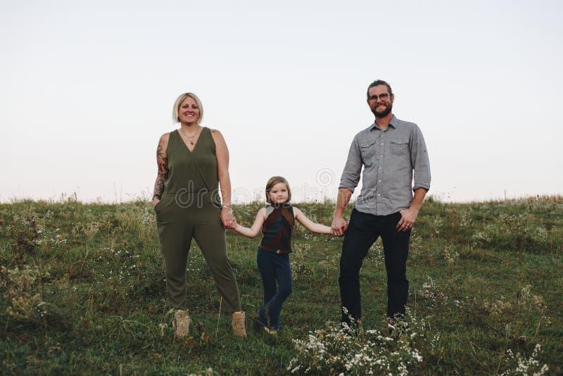 Une famille caucasienne passe le temps à la ferme ensemble photos libres de droits