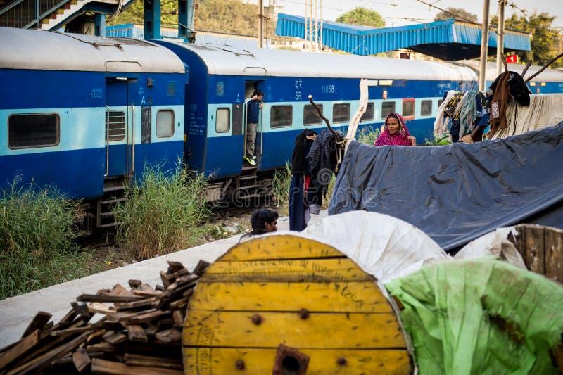 Une famille d'Inde Ils vivent près de la station de train images stock