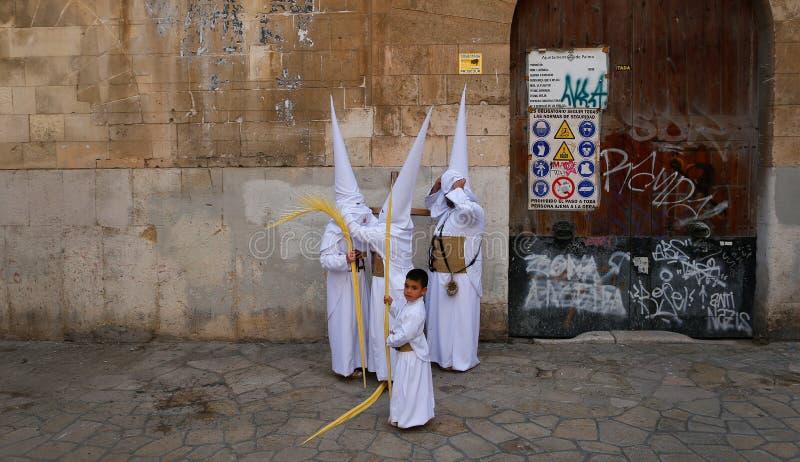 Une famille des pénitents préparant avant le début d'un cortège de semaine sainte de Pâques dans le petit groupe de Majorque images stock
