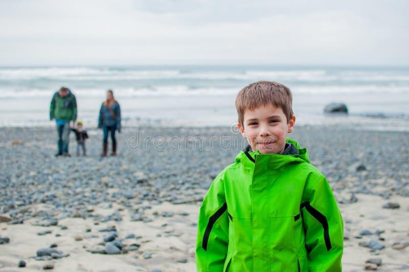 Famille marchant sur la plage image stock