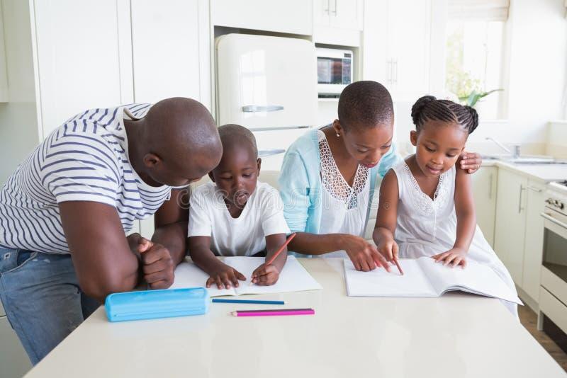 Download Une Famille Heureuse Travaillant Ensemble Photo stock - Image du couples, enfants: 56484486