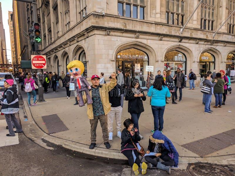 Une famille latine d'activiste au ` de femmes s mars Chicago, Etats-Unis photographie stock libre de droits