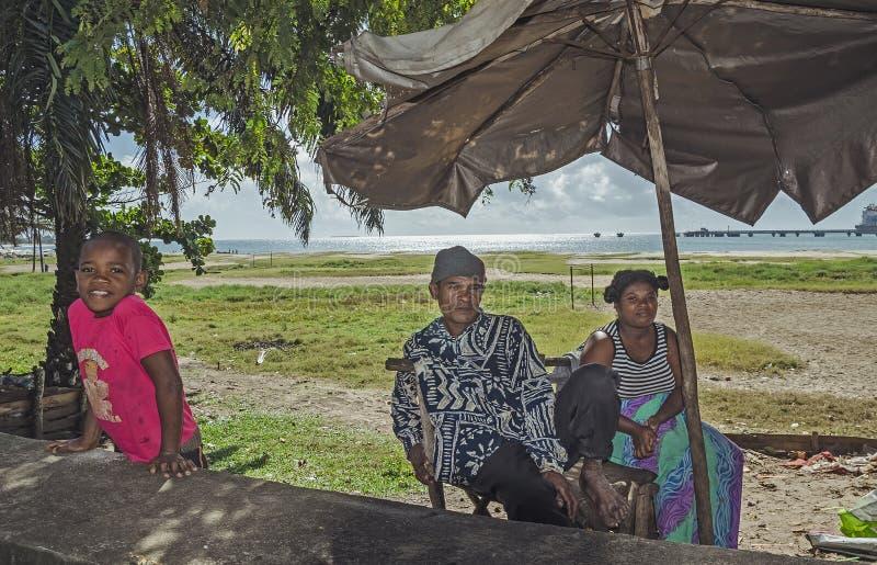 Une famille malgache locale près de la plage photo libre de droits