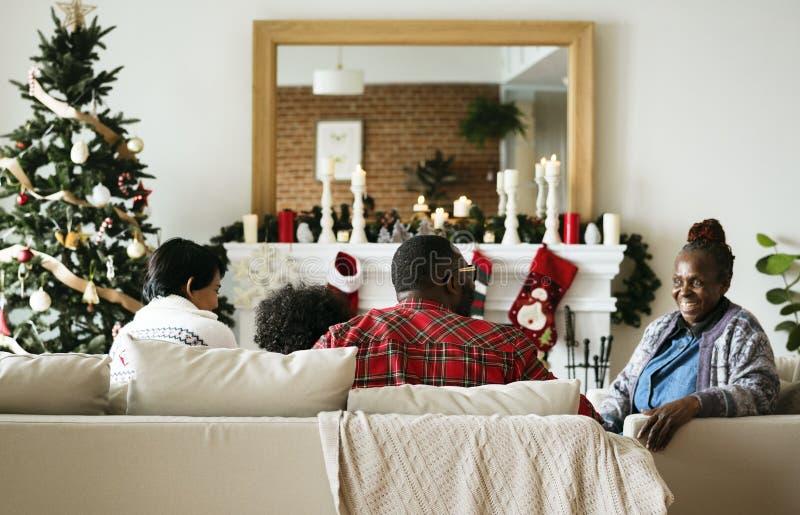 Une famille noire appréciant des vacances de Noël photographie stock