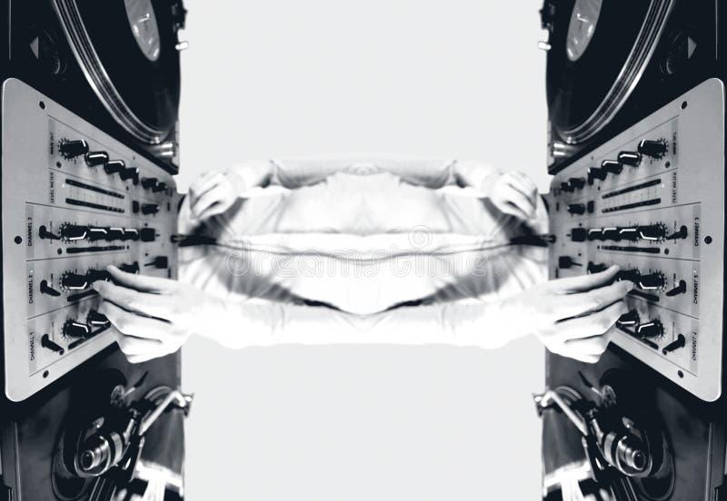 Une femelle géniale DJ, se mélangeant sur la configuration de plaques tournantes photographie stock libre de droits