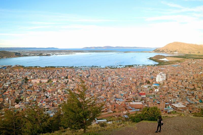 Une femelle regardant le Lac Titicaca du point de vue de colline de condor dans Puno, Pérou photo stock