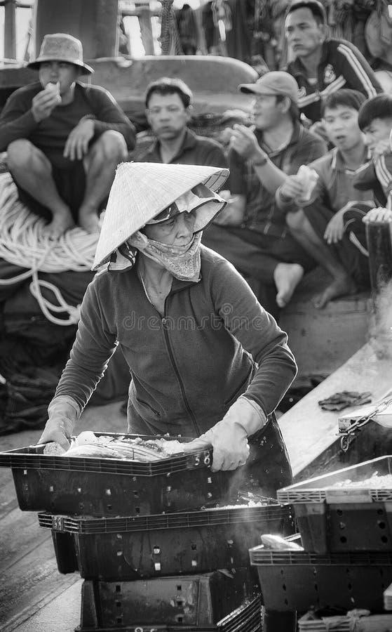 Une femme à un port de poissons au nhon de Qui, Vietnam photos libres de droits