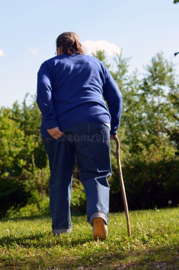 Une femme âgée dans le jardin images stock