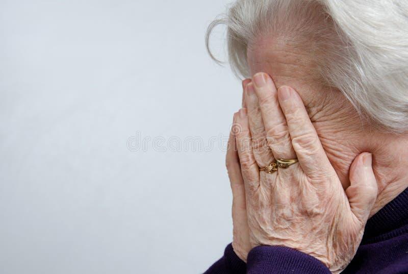 Une femme âgée pleurante photo libre de droits