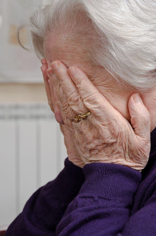 Une femme âgée pleurante images stock