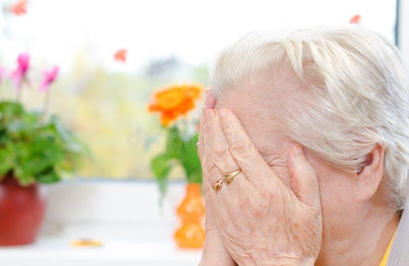 Une femme âgée pleurante image libre de droits
