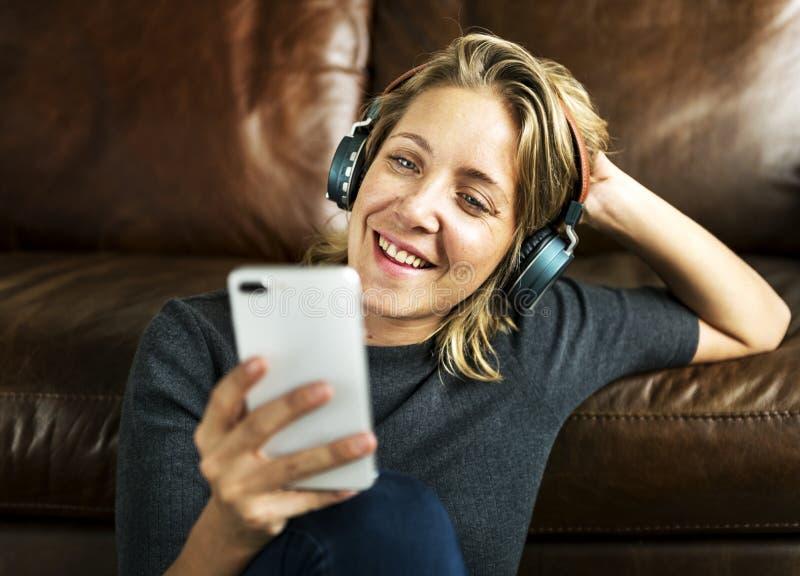 Une femme écoutant la musique photo libre de droits